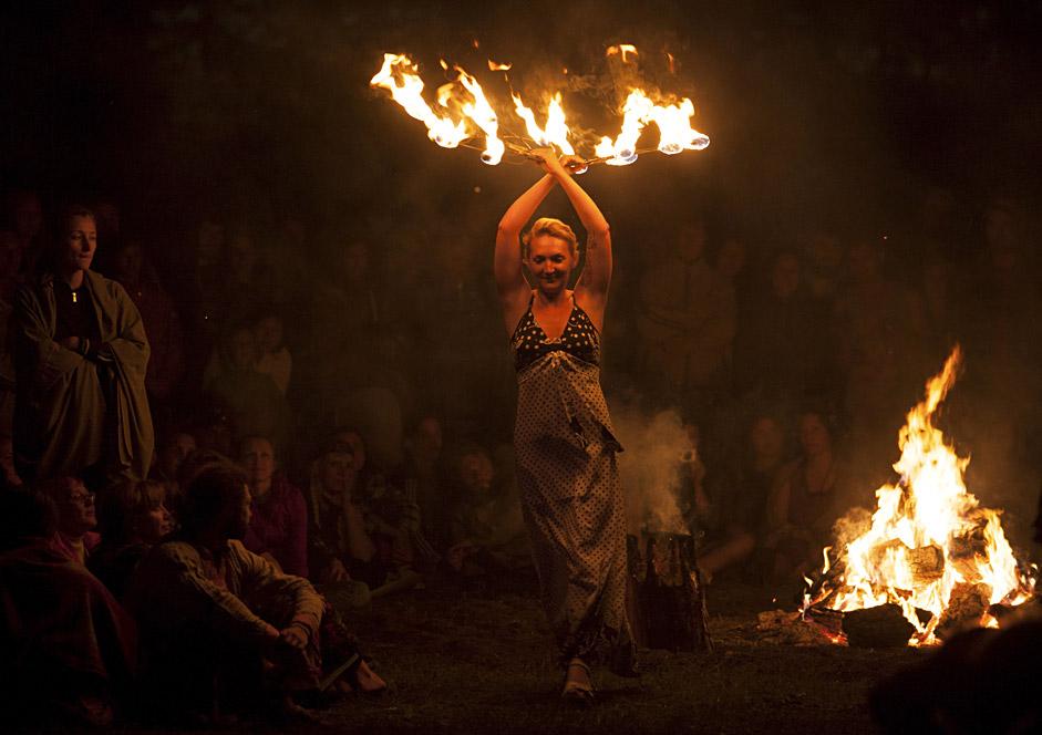 Spektakl s vatrom na etnografskom festivalu u selu Okunjevo u Omskoj regiji (zapadni Sibir).