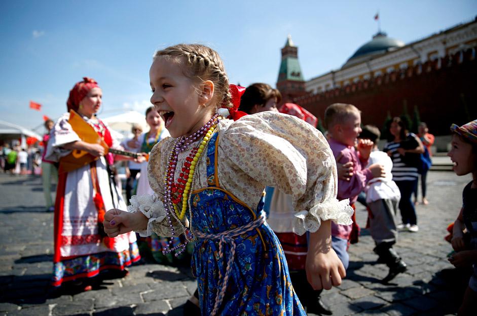 Djeca u narodnim nošnjama igraju se na festivalu Knjige Rusije na Crvenom trgu u Moskvi. Ovaj četvorodnevni sajam knjiga prvi put se održava na Crvenom trgu. Organizatori očekuju da će se prodati 100 tisuća knjiga od preko 300 ruskih izdavača.