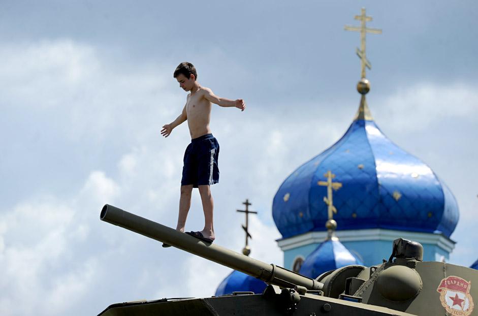 Dječak se igra na oklopnom transporteru u selu Černicino u Kurskoj regiji, 545 kilometara južno od Moskve.