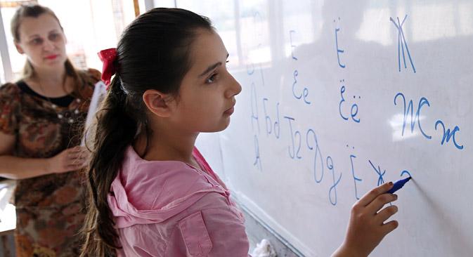 Livros, aulas presenciais e internet podem se complementar no estudo da língua