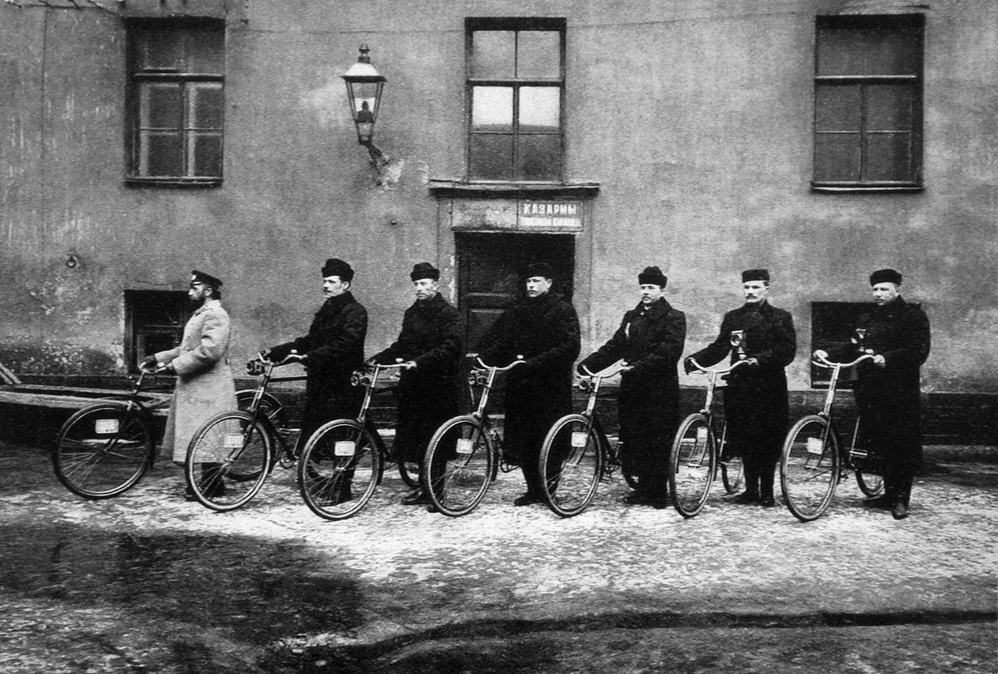 Nepoznati autor: Ekipa policijskih biciklista, 1901.