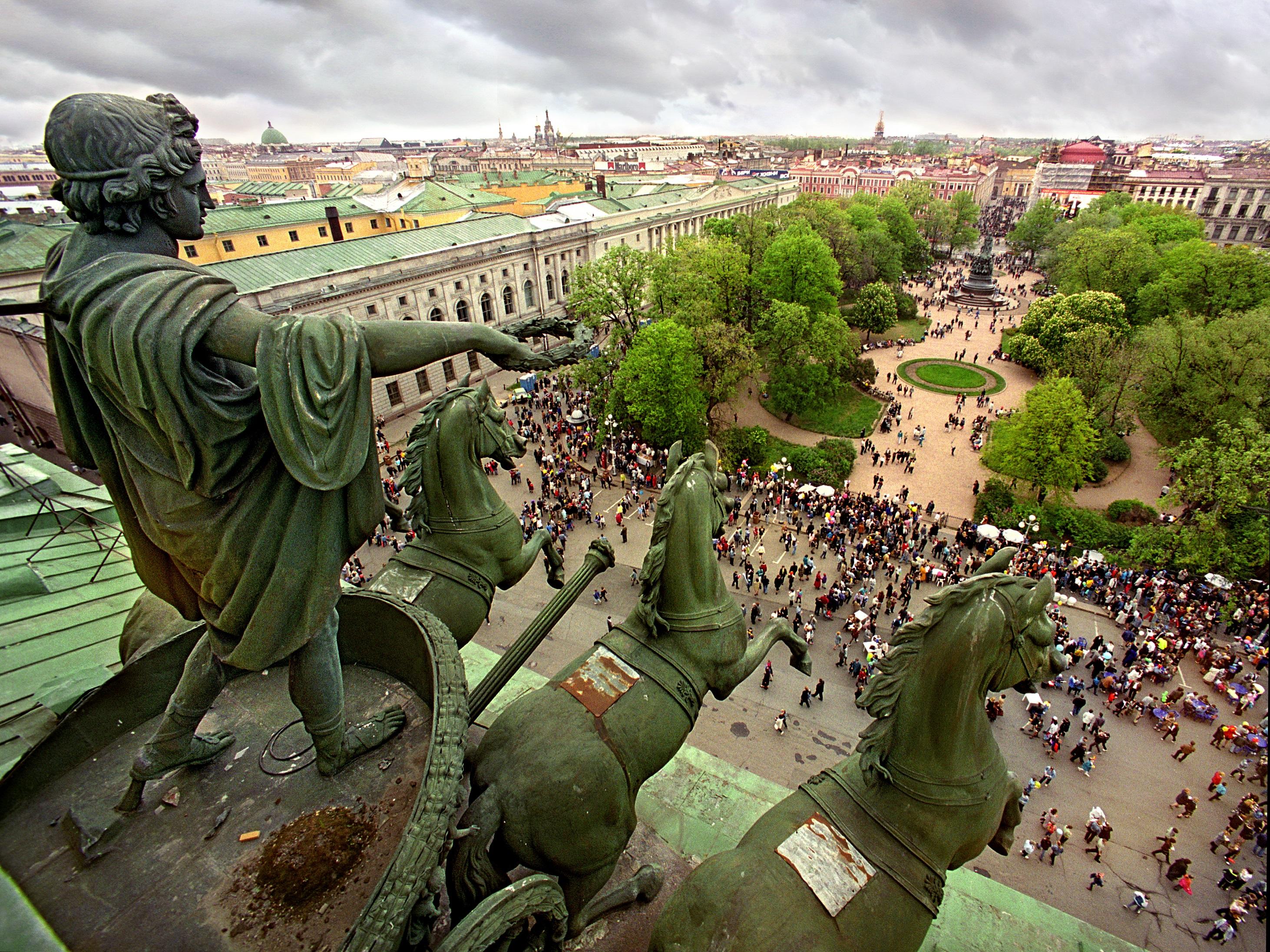 Skulptura na Aleksandrinskom kazalištu. Pogled na Jekaterinski park, Sankt-Peterburg, 2000.