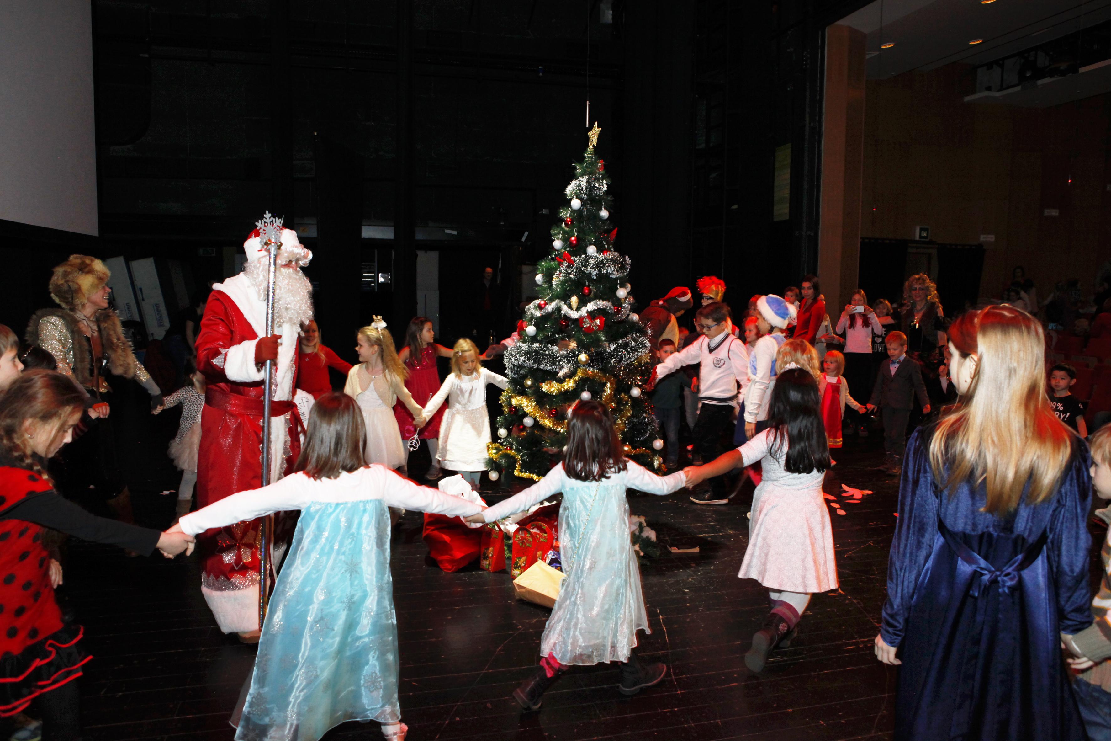 Darovi Veleposlanstva RF u Hrvatskoj razveselili su kako male posjetitelje predstave, tako i njihove roditelje, jer se radilo o oslikanim škrinjama punim ruskih bombona s okusom njihovog djetinjstva.