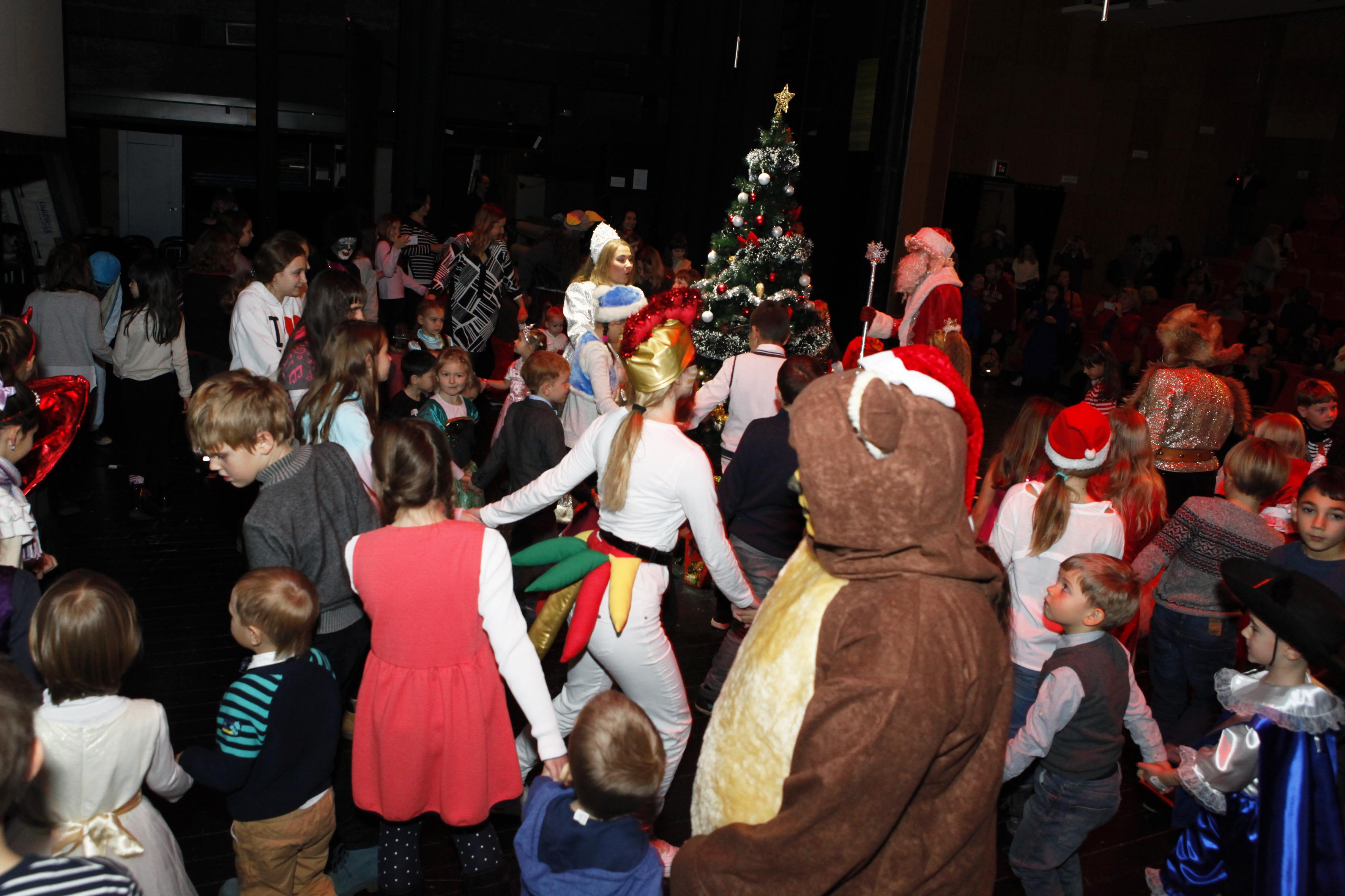 Bili su tu Maša i Vitja, Maša i Medvjed, Bremenski svirači, Baba Jaga, Kikimora, Lešij i, naravno, Djed Mraz i Snjeguročka, koji su mlade gledatelje uveli u novogodišnju priču o avanturama dječaka i djevojčice koji spašavaju darove Djeda Mraza od zlih duhova u čarobnoj šumi.