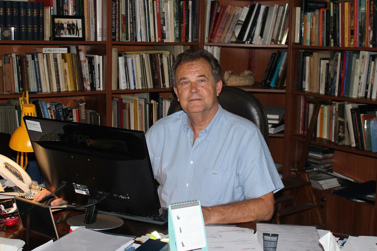 Miroslav Gašparović u svom uredu (Muzej za umjetnost i obrt, Zagreb).