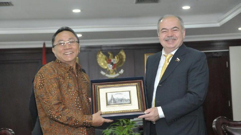 Ketua MPR Zulkifli Hasan (kiri) menerima kunjungan Wakil Ketua Parlemen Rusia Ilyas Umakhanov.