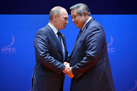 Vladimir Putin dan Susilo Bambang Yudhoyono di PTT APEC di Bali, Indonesia. Kredit: AP.