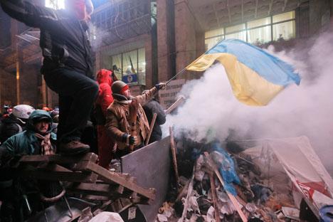 Krisis identitas: demonstran pro-Eropa mengibarkan bendera nasional di Kiev. Sumber: AP