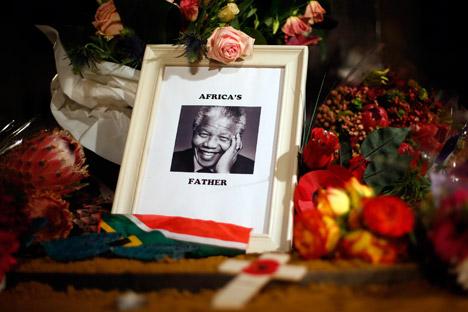 Peristiwa pada 30 April 1999, ketika Mandela yang tengah melakukan kunjungan kenegaraan ke Moskow dianugerahi dua gelar doktor kehormatan dari Akademi Sains Rusia. Sumber: Reuters