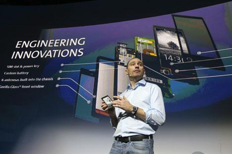 CEO Yota Vlad Martynov memperkenalkan smartphone Rusia pertama pada tanggal 4 Desember. Sumber: ITAR-TASS