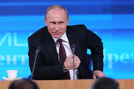 Ketika pertemuan tersebut, Presiden Rusia mengambil sekitar 50 pertanyaan, dan lebih dari 1.300 jurnalis mendatangi pertemuan ini. Sumber: Konstantin Zavrazhin / RG