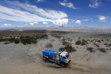 Etape kelima Dakar 2013 terbukti lebih berhasil untuk pembalap Rusia. Sumber: AP