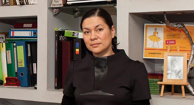 Tatyana Sudaryanto, perancang busana Rusia berketurunan Indonesia, di studionya, Moskow, Rusia. Kredit: Elena Pochetova