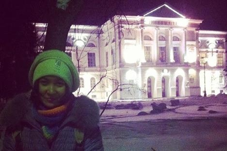 Saya di depan Universitas Negri Tomsk di malam hari. Kredit: author.