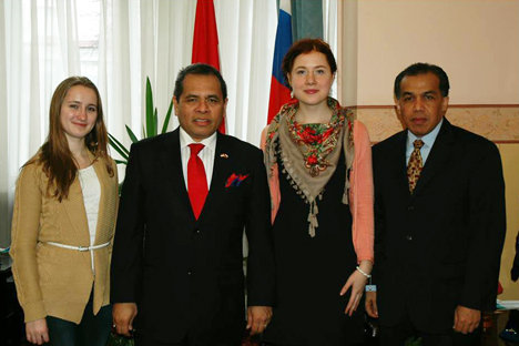 Saya (kedua dari kanan) bersama Duta Besar RI di Rusia Bapak Djauhari Oratmangun (kedua dari kiri), Katya (kiri) yang juga penerima Beasiswa Seni Budaya Indonesia 2014, dan Kepala Fungsi Pensosbud KBRI Moskow Bapak Yul Edison. Foto: Felix Kim, KBRI Moskow
