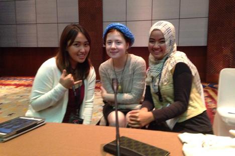 Saya bersama dua orang teman saya yang juga peserta BSBI, Aira Yoshida dari Filipina (kiri) dan Nurlaily Fitri dari Indonesia. Foto: penulis
