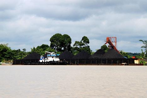 Selama ini, jutaan ton batu bara diangkut menggunakan kapal tongkang besar dengan susah payah melewati sungai-sungai di Kalimantan.