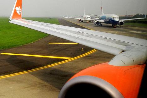 Padatnya traffic di Bandara Internasional Soekarno-Hatta membuat pesawat terbang yang telah dipenuhi penumpang harus menunggu untuk lepas landas selama setengah jam bahkan sampai satu setengah jam. Kredit: Mikhail Tsyganov