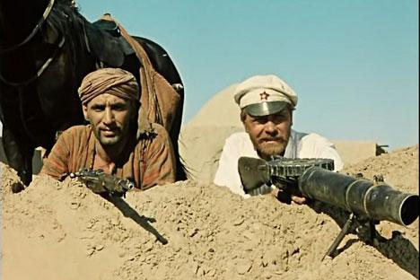 Prajurit dari Tentara Merah Fyodor Sukhov (kanan) sebagai karakter utama dari film White Sun of the Desert. Foto: Kinopoisk.ru