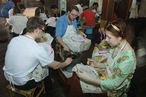 Saya dan teman-teman BSBI ketika membuat batik. Foto: penulis
