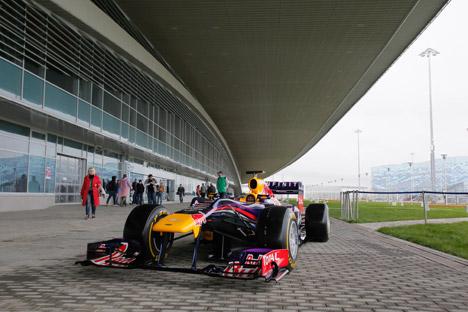 Juara Dunia Sebastian Vettel sedang melakukan sesi uji coba di sirkuit Sochi untuk Grand Prix Rusia 2014. Foto: AP