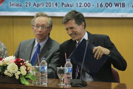 Duta Besar Federasi Rusia Mikhail Y. Galuzin (kiri) dan Duta Besar Amerika Serikat Robert Blake Jr. tampak akrab dalam diskusi yang diselenggarakan oleh Departemen Kewilayahan dan Program Studi Sastra Rusia UI, Selasa, 29 April 2014. Foto: Tasya Nandynanti Demautami/FIB UI