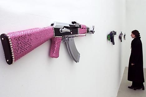 Sebuah senapan Kalashnikov versi glamor yang dihiasi dengan batu mulia. Foto: Reuters/Vostok Photo