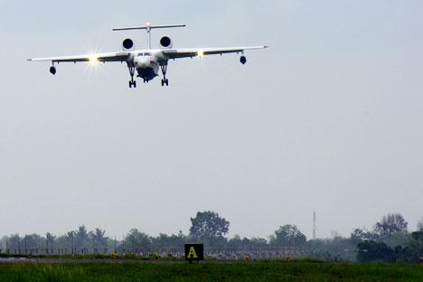 Pesawat amfibi Be-200  dapat mengumpulkan 12-13 ton air dalam waktu 12-14 detik. Foto: Mikhail Tsyganov