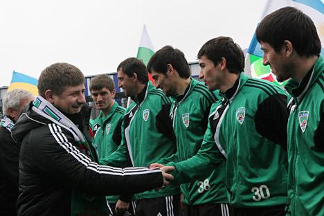 Presiden Chechen Ramzan Kadyrov (kiri) bersama para pemain sepakbola Terek. Foto: Said Tcarnaev