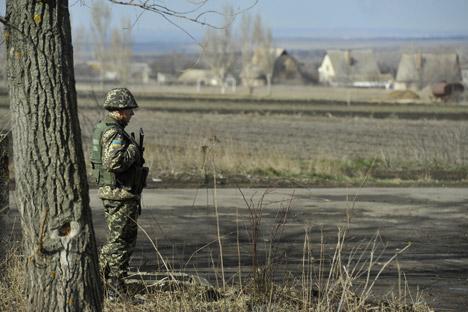 Prajurit yang menjaga pintu masuk ke lapangan latihan mengatakan bahwa dalam beberapa hari akses ke lapangan pelatihan militer akan ditutup. Sumber: ITAR-TASS