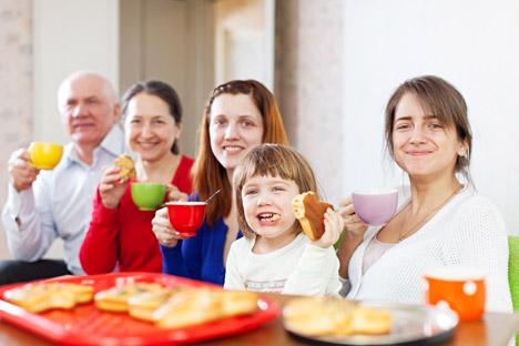 Pastikan Anda membawa hadiah untuk tuan rumah, bisa sesuatu seperti kue atau gula-gula untuk dimakan ketika minum teh. Foto: Lori/Legion Media