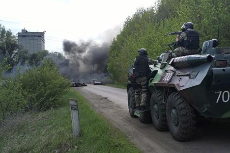 Operasi militer yang dilakukan tentara Ukraina di Slovyansk menawaskan lima orang milisi lokal dan melukai seorang polisi sebelum akhirnya serangan tersebut dihentikan. Foto: AP
