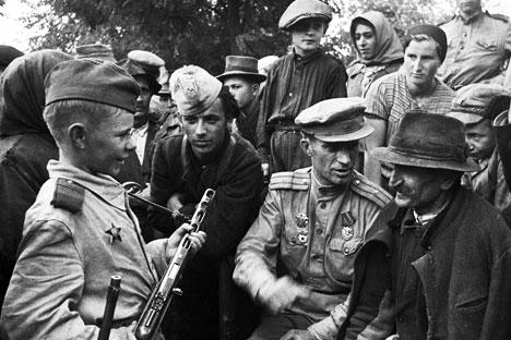 Saat masa kejayaan Uni Soviet, pahlawan cilik digambarkan sebagai contoh keberanian dan kepahlawanan untuk generasi baru, yang tidak gentar menghadapi kengerian perang. Foto: Anatoly Egorov/RIA Novosti