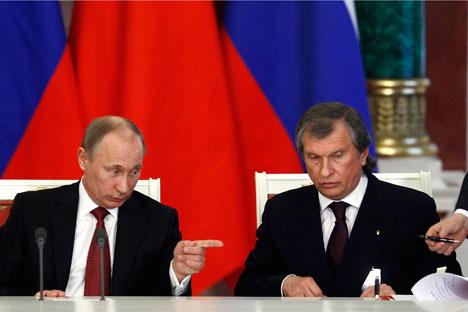 Vladimir Putin (kiri) dan Igor Sechin. Foto: Reuters