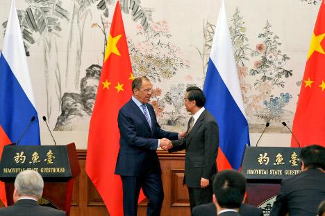 Menteri Luar Negeri Rusia Sergei Lavrov (kiri) dan Menteri Luar Negeri Republik Rakyat Tiongkok Wang Yi bertemu pada 15 April 2014 lalu. Foto: Reuters