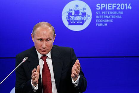Dalam pidato pada SPIEF, Putin berjanji bahwa pada musim gugur 2014 Rusia akan mengembangkan strategi untuk menggantikan ketergantungan impor. Foto: Reuters