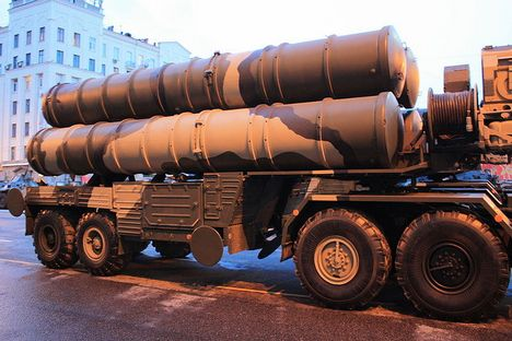 Delapan unit peluncur rudal pertahanan udara S-400 tampil dalam parade di Lapangan Merah Moskow pada peringatan peringatan ke-69 kemenangan Rusia dalam Perang Patriotik Raya, Jumat (9/5) lalu. Foto: Wikipedia.org