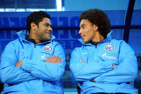 Dua orang pemain klub sepakbola Zenit St. Petersburg: Hulk (kiri) dan Axel Witsel. Foto: ITAR-TASS