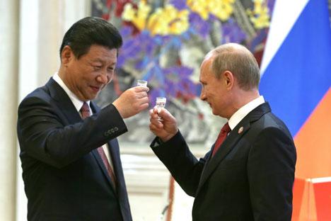 Presiden Rusia Vladimir Putin bersulang dengan Presiden Tiongkok Xi Jinping merayakan kesepakatan kerja sama antara Rusia-Tiongkok. Foto: ITAR-TASS