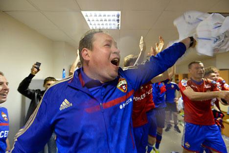 Pelatih CSKA Moskow, Leonid Slutsky, merayakan kemenangan bersama timnya. Foto: Mikhail Sinizyn/Rossiyskaya Gazeta