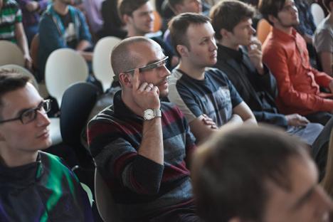Banyak orang Rusia yang membeli Google Glass saat pergi ke luar negeri. Foto: Darya Gonzalez