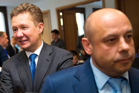 Menteri Energi Ukraina Yuri Prodan (kanan) berjalan melewati CEO Gazprom Alexei Miller setelah forum negosiasi energi antara Uni Eropa, Ukraina, dan Rusia dalam sidang Komisi Uni Eropa di Berlin 26 Mei 2014. Foto: Reuters