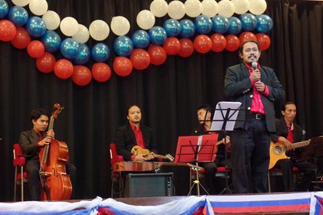 A.E. Sugeng Dwiharso (depan) dan grup musik keroncong Batavia Mood memeriahkan perayaan Hari Federasi Rusia di Pusat Kebudayaan Rusia, Jakarta. Foto: Fauzan Al-Rasyid