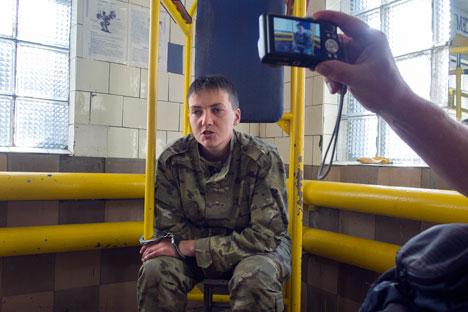 Pada 19 Juni lalu, video interogasi Savchenko tersebar di YouTube. Dalam video  tersebut, Savchenko terlihat diborgol dan beberapa orang tak dikenal mencoba menggali informasi berapa jumlah satuan Savchenko dan posisi tentara Ukraina. Foto: AP
