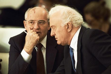 Mikhail Gorbachev (kiri) dan Eduard Shevardnadze. Foto: Yuri Abramotchkine/RIA Novosti