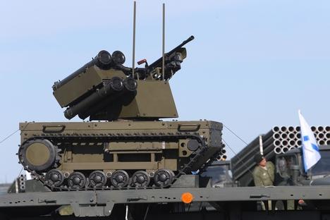 Robot ini dipersenjatai senapan Kalashnikov yang terkenal yang dibuat di Izhevsk serta empat peluncur granat. Foto: RIA Novosti