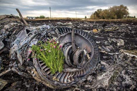 Bunga di sisa rongsokan mesin peswat Boeing 777 Malaysia Airlines yang jatuh di dekat kota Shakhtyorsk, Donetsk. Foto: Andrei Stenin/RIA Novosti
