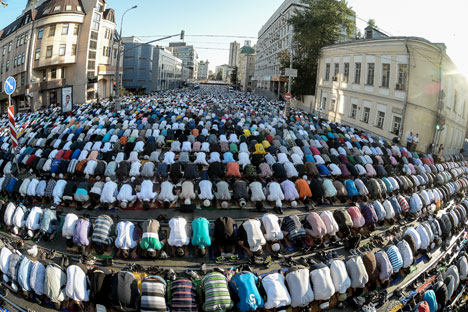 Berdasarkan data Kementerian Dalam Negeri Rusia, ada 165 ribu umat muslim di jalan-jalan kota Moskow yang ingin merayakan Idul Fitri sejak dini hari. Foto: Ramil Sitdikov/RIA Novosti