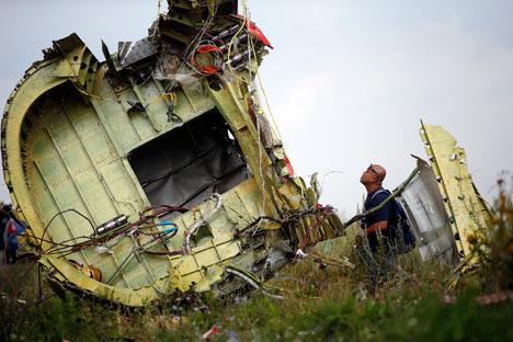 Pesawat Boeing 777 Malaysia Airlines jatuh di dekat kota Shakhtyorsk, wilayah Donetsk pada 17 Juli 2014. Foto: Reuters
