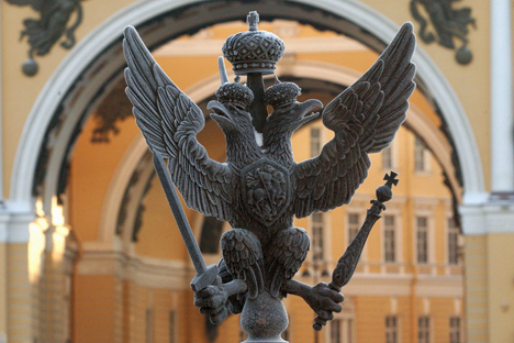 Elang berkepala dua ini pertama kali dijadikan lambang negara oleh Kerajaan Het, yang menguasai sebagian besar Anatolia hingga Mesopotamia hulu pada abad XVII – XII sebelum Masehi.